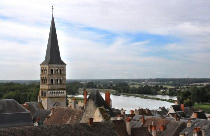 Le clocher occidental et la Loire.