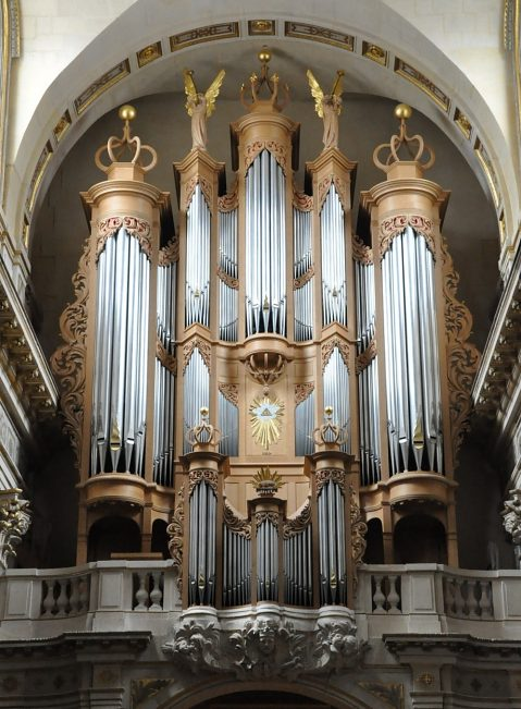 L'orgue de tribune (facteur Aubertin) et le buffet datent de 2005