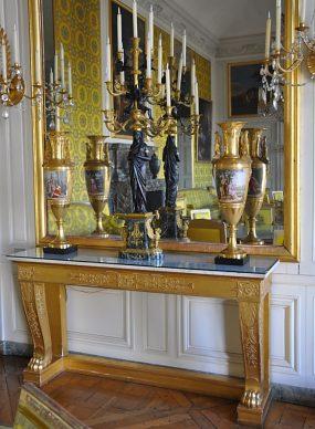 Console et vases dans le salon de famille de Louis-Philippe