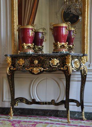 Table avec deux vases de porcelaine