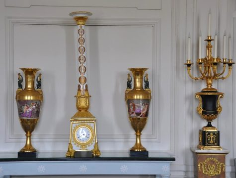 Pendule-colonne et vases